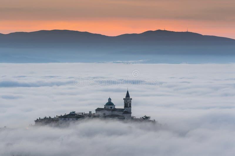 Opinião o Trevi em Umbria Italy no por do sol com névoa imagem de stock royalty free