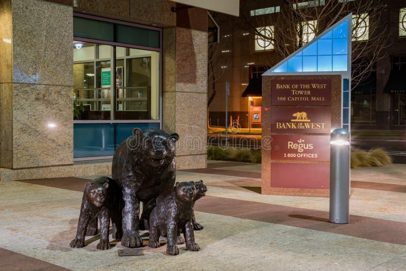 Opinião o urso, estátua da noite da criança do banco do oeste imagem de stock