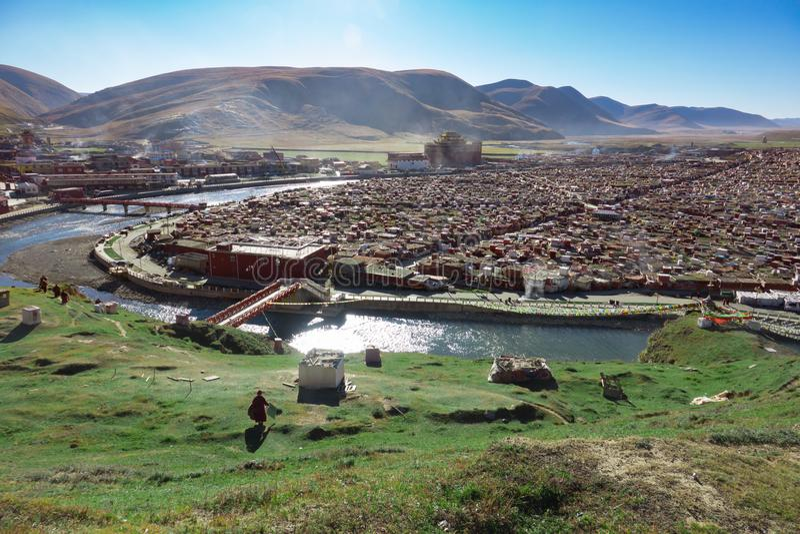 Opinião o Yarchen Gar Monastery com muitas barracas imagem de stock royalty free