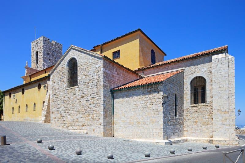 Opinião ocidental da catedral de Antibes. Costa Azure, Provenc imagem de stock