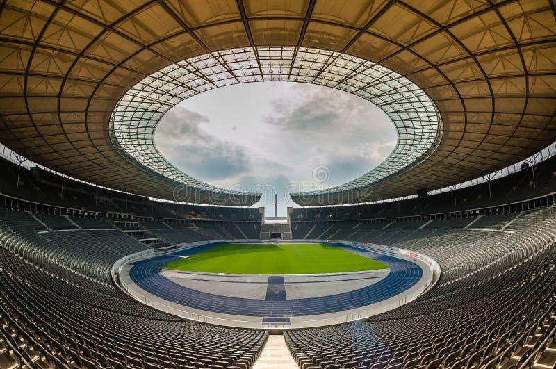 Opinião Olympia Stadium de uma Berlim vazia, Berlim foto de stock