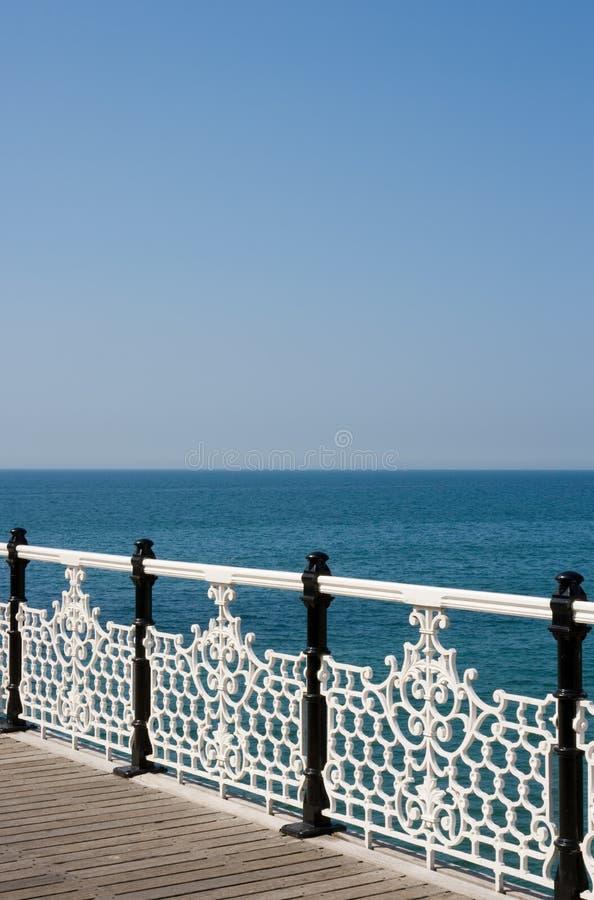 Opinião ornamentado dos trilhos e do mar foto de stock