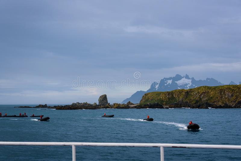 A opinião os tanoeiros late paisagem do navio de cruzeiros, frota de jangada infláveis com os motoristas em revestimentos verme fotografia de stock royalty free