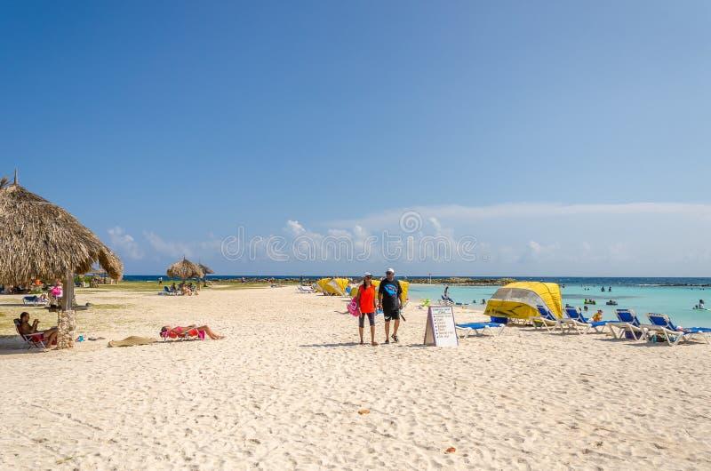 Opinião os turistas que apreciam a praia do bebê em Aruba fotografia de stock royalty free