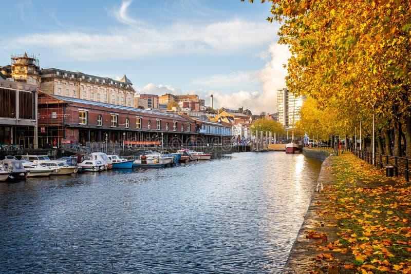 Opinião outonal Bristol Harbour e o marco decisivo em Bristol Harbour em Bristol, Avon, Reino Unido fotografia de stock royalty free