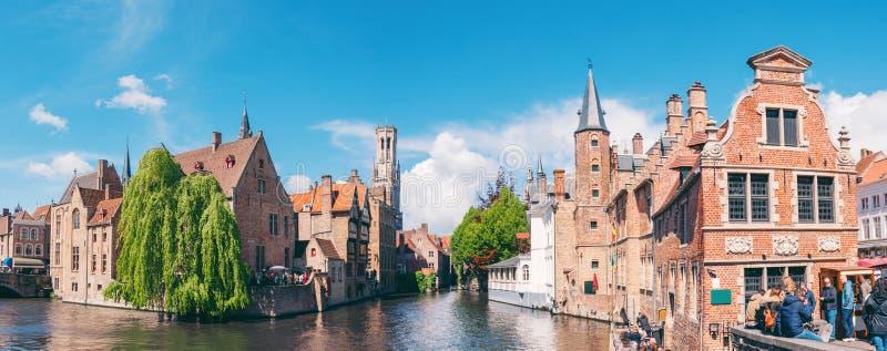 Opinião panorâmico da cidade com torre da torre de sino e o canal famoso em Bruges, Bélgica fotografia de stock royalty free
