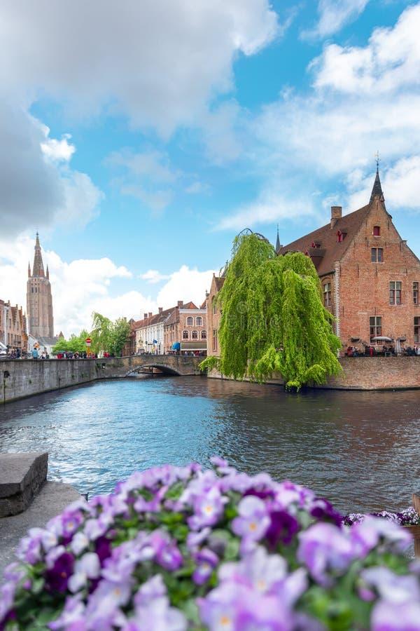 Opinião panorâmico da cidade com torre da torre de sino e o canal famoso em Bruges, Bélgica foto de stock