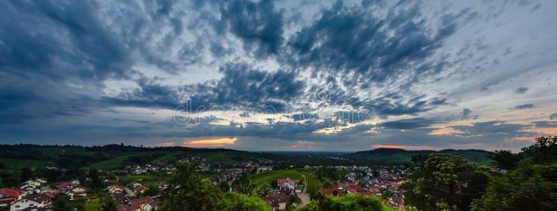 Opinião panorâmico da paisagem dos alugueres largos do vale verde em Schwartzwald no por do sol foto de stock royalty free