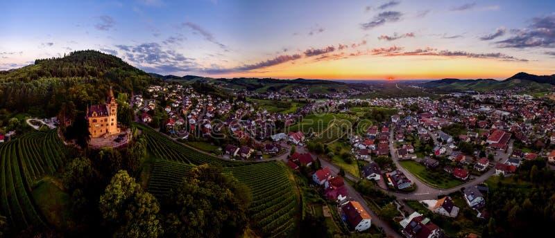 Opinião panorâmico da paisagem dos alugueres largos do vale verde em Schwartzwald no por do sol imagens de stock