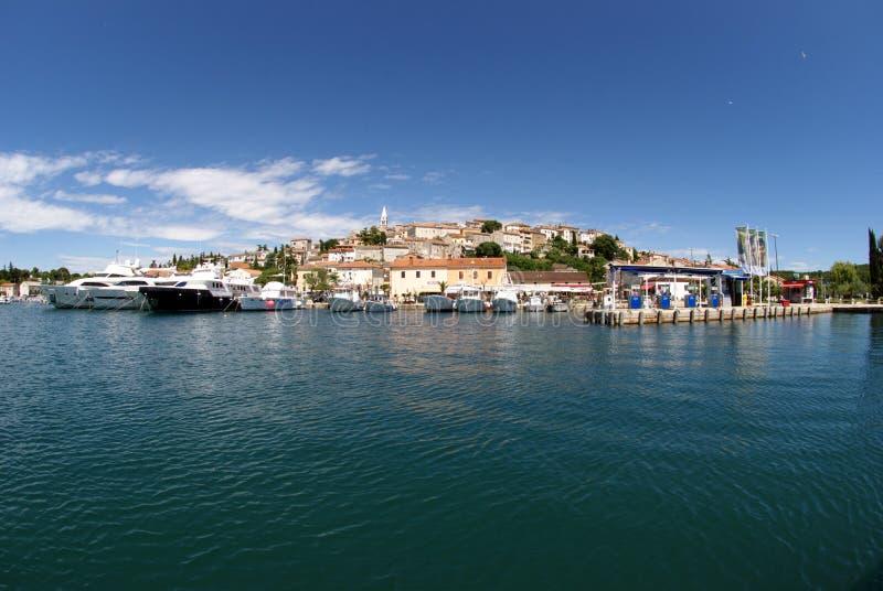 Opinião panorâmico do mar na costa de Vrsar em Istria, Croácia imagem de stock royalty free