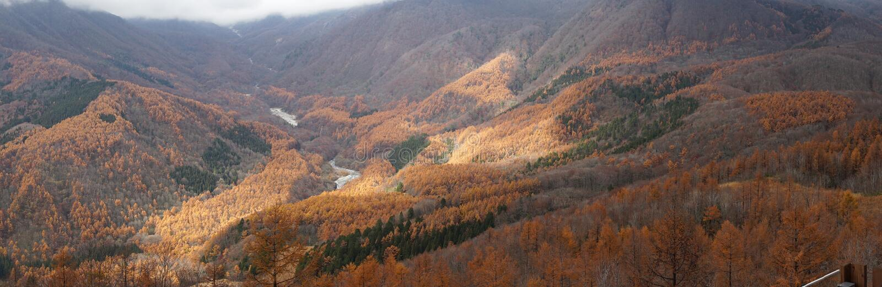 Opinião panorâmico do renge da montanha da paisagem do outono bonito em Haku imagem de stock