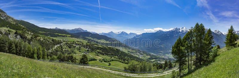 Opinião panorâmico dos cumes de Aosta do ` de Valle D fotos de stock royalty free