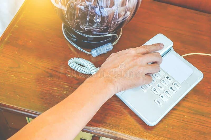 Opinião parcial do close-up o homem da mão que chama pelo telefone fotografia de stock royalty free