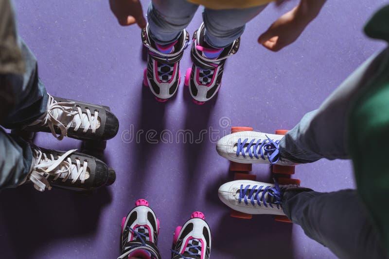 opinião parcial a família em estar dos patins de rolo imagem de stock