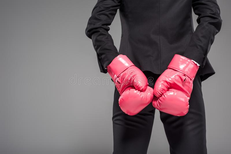opinião parcial a mulher de negócios em luvas de encaixotamento cor-de-rosa, fotografia de stock