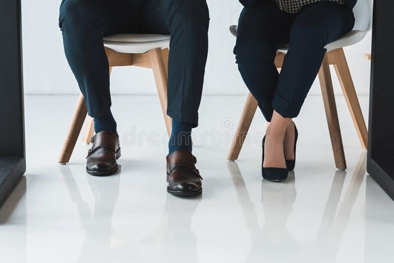 Opinião parcial o homem de negócios e a mulher de negócios que trabalham pela tabela foto de stock
