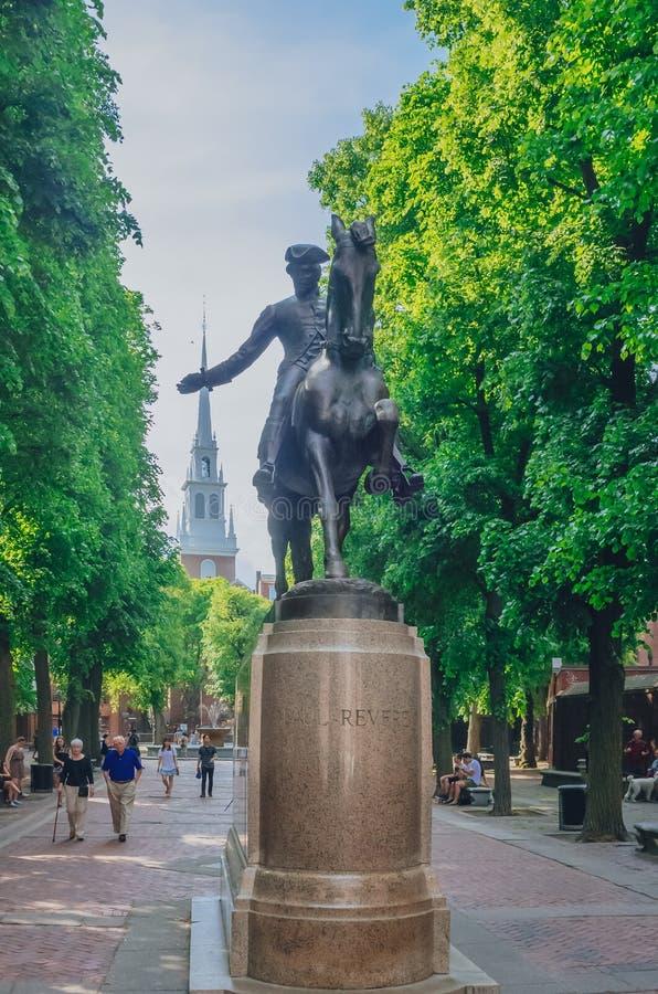 Opinião Paul Revere Statue na frente da igreja norte velha em North End foto de stock royalty free