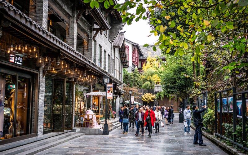 Opinião pedestre da rua das aleias de Kuanzhai Xiangzi aka largas e de pistas estreitas com o povo chinês em Chengdu China foto de stock royalty free
