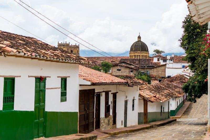 Opinião pequena da rua de Barichara com a catedral fotografia de stock