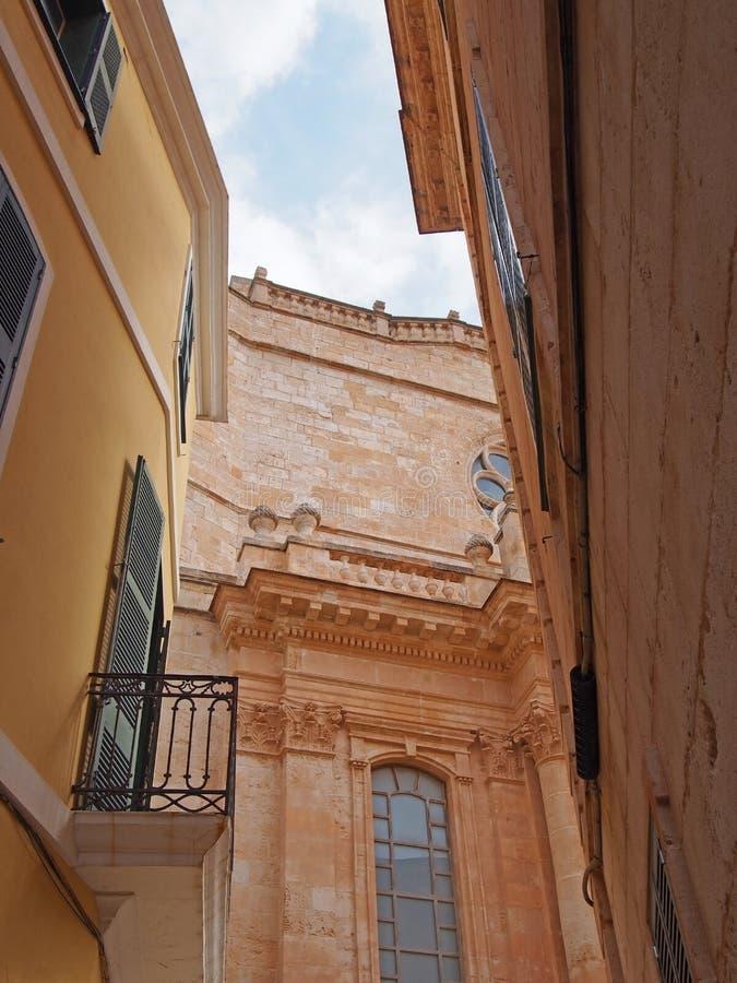 Opinião pitoresca da rua do ciutadella que olha para cima na fachada da catedral com as janelas e os balcões shuttered velhos fotos de stock