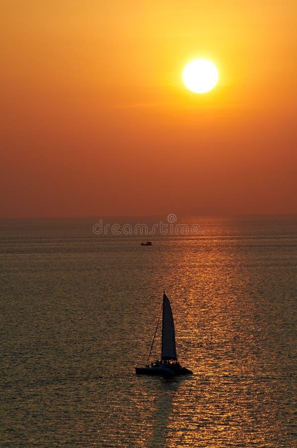 A opinião pitoresca do mar com por do sol e o horizonte alinham imagens de stock royalty free