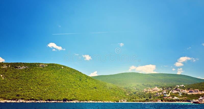 Opinião pitoresca do mar de Boka Kotorska, Montenegro, Herzeg Novi Zanjic Mamula Ângulo largo do tiro imagem de stock