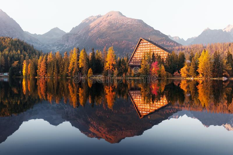 Opinião pitoresca do outono do lago Strbske Pleso no parque nacional alto de Tatras foto de stock