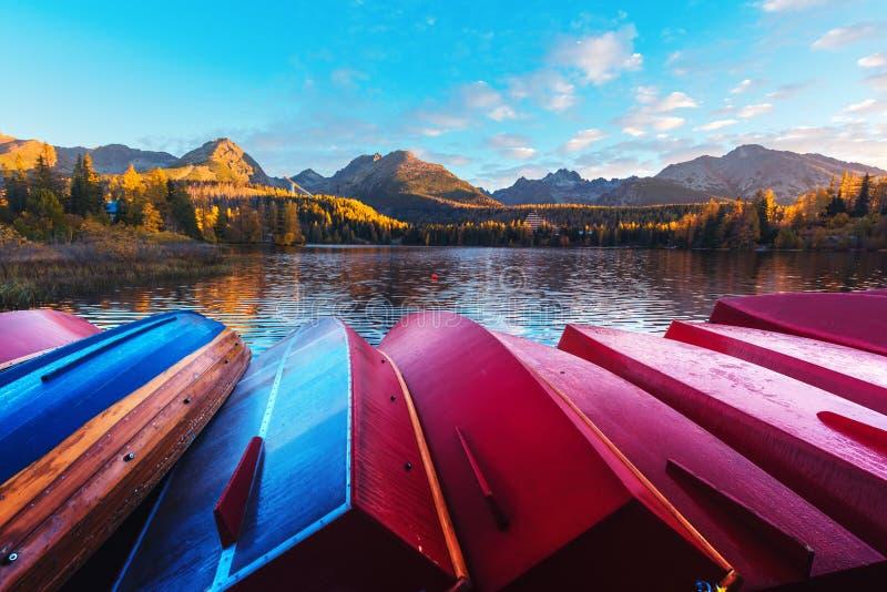 Opinião pitoresca do outono do lago Strbske Pleso no parque nacional alto de Tatras imagem de stock royalty free
