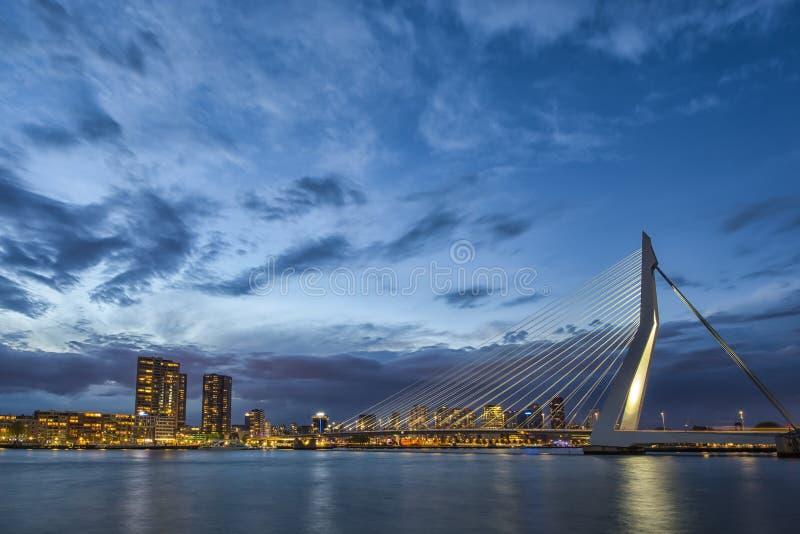 Opinião pitoresca Erasmusbrug Erasmus Bridge em Rotterdam imagem de stock royalty free