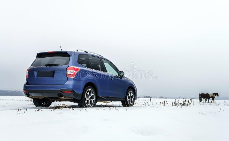 Opinião poderosa do carro do offroader no fundo do inverno foto de stock royalty free