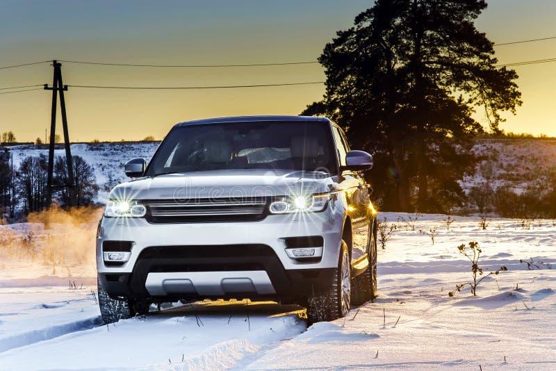 Opinião poderosa do carro do offroader no fundo do inverno imagens de stock royalty free