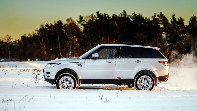 Opinião poderosa do carro do offroader no fundo do inverno imagens de stock