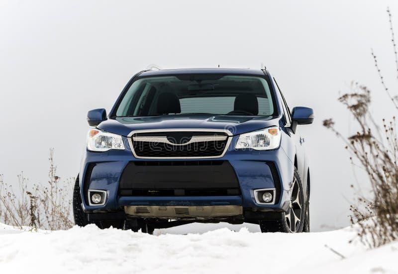 Opinião poderosa do carro do offroader no fundo do inverno imagem de stock