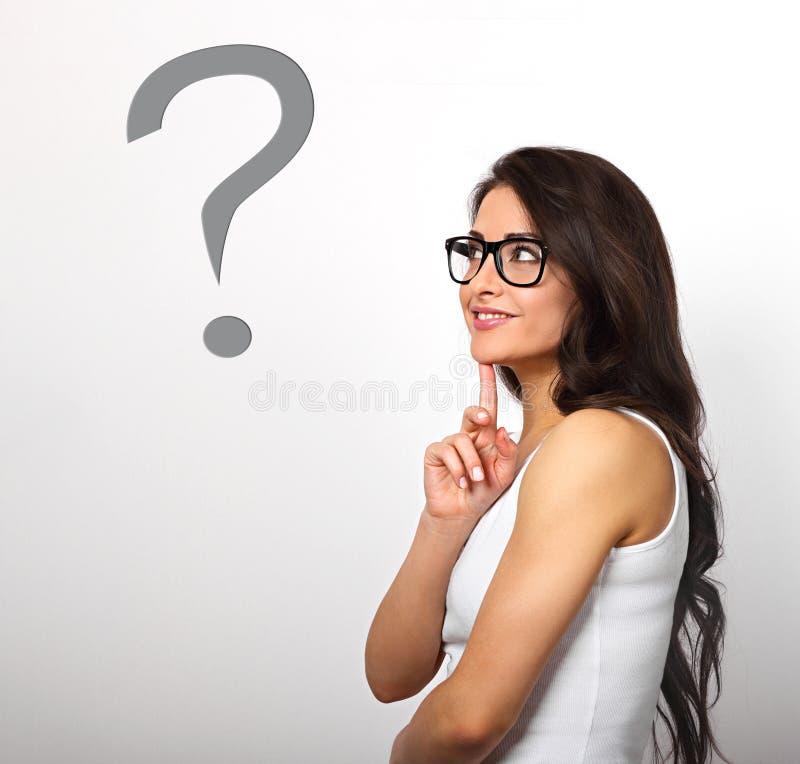 Opinião positiva bonita do perfil da mulher de negócio com braços dobrados fotografia de stock
