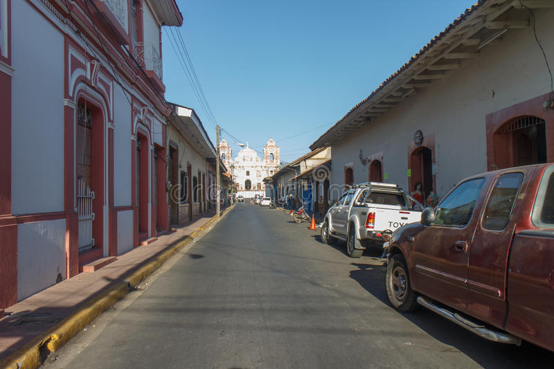 opinião principal da rua na tarde de Leon, Nicarágua foto de stock