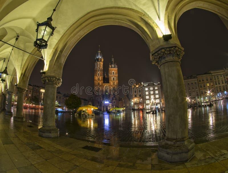 Opinião principal do mercado da passagem de Sukiennice em Krakow, Polônia fotografia de stock royalty free