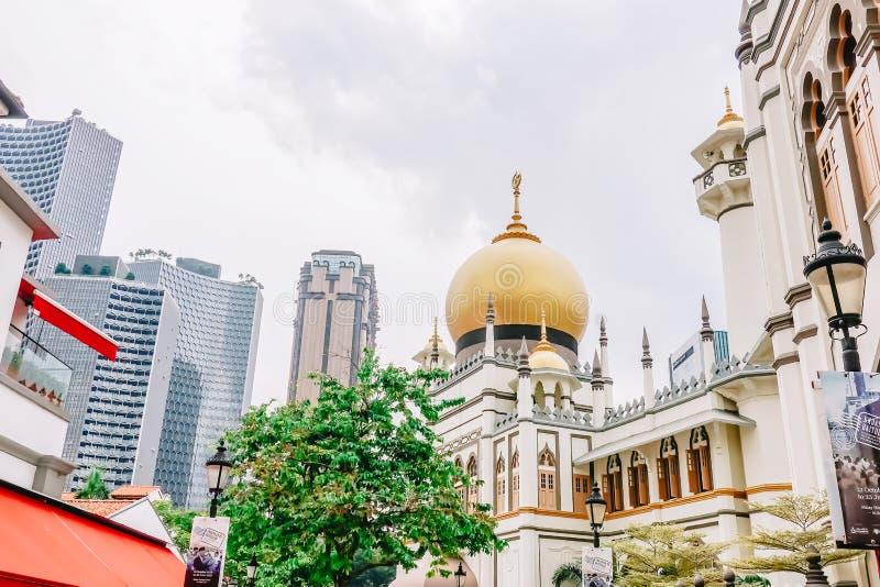 Opinião principal Masjid Sultan Sultan Mosque na rua de Muscat no encanto do Kampong Quarto árabe do quarto muçulmano de Singapur imagens de stock