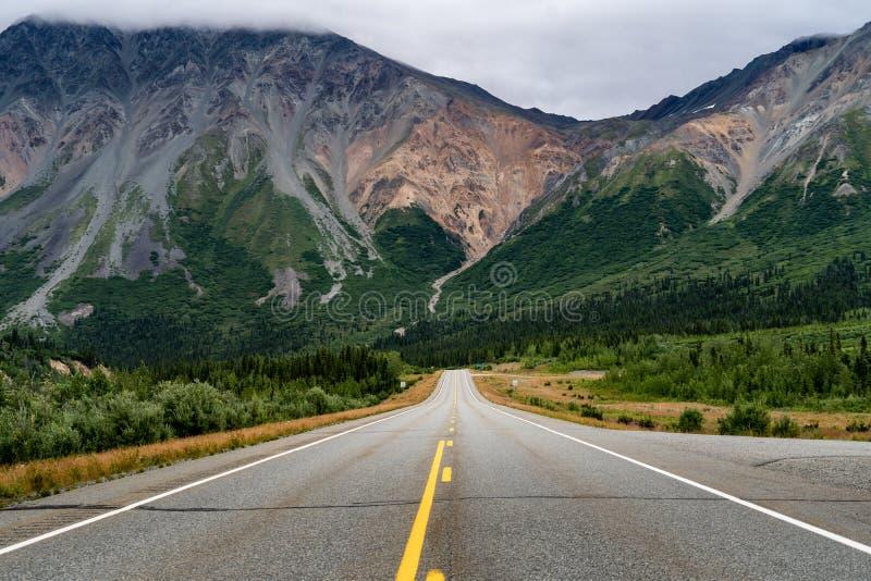 Opinião Richardson Highway perto da junção Alaska do delta vazio imagem de stock