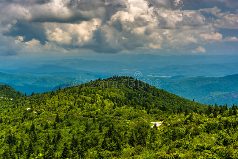 Opinião Ridge Mountains azul da estrada preta do botão do bálsamo, ne foto de stock