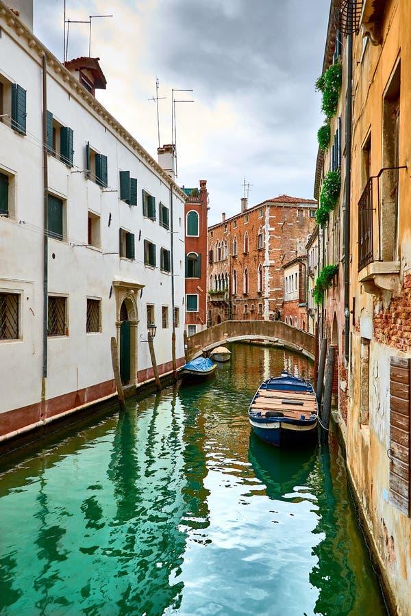 Opinião Rio Marin Canal com barcos e gôndola do Ponte de la Bergami em Veneza, Itália Veneza é uma popular fotografia de stock royalty free