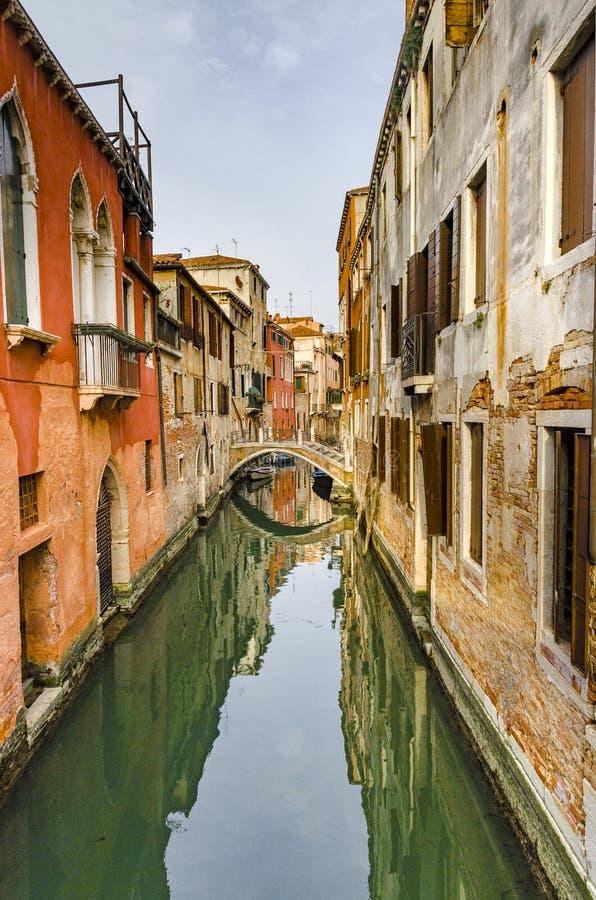 Opinião Rio Marin Canal com barcos e gôndola em Veneza fotografia de stock royalty free
