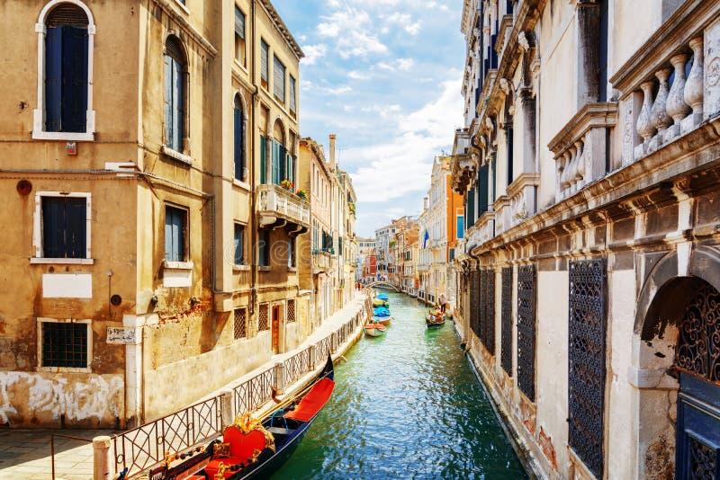 Opinião Rio Marin Canal do Ponte de la Bergami, Veneza fotografia de stock