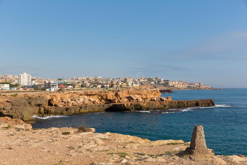 Opinião rochosa da costa da Espanha de Torrevieja ao norte da cidade para o sentido do La Mata imagens de stock royalty free