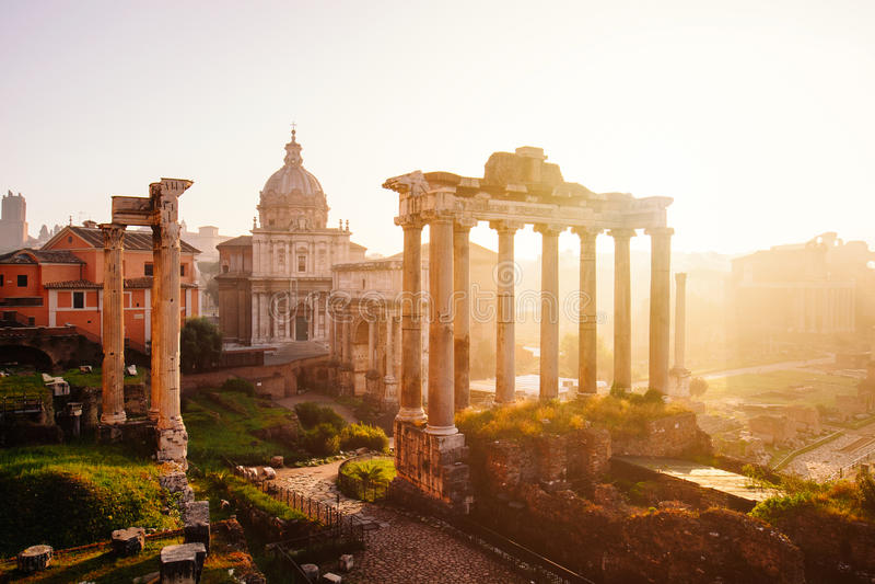 Opinião Roman Forum com o templo de Saturn, Roma, Itália fotografia de stock royalty free