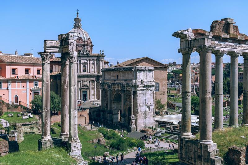Opinião Roman Forum com o templo do romano de Saturn Foro foto de stock