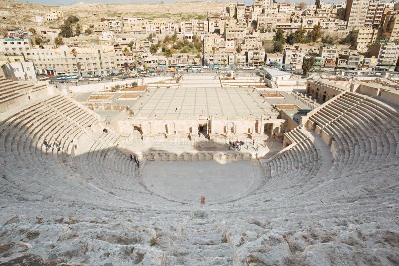 Opinião romana antiga do teatro e da cidade em Amman foto de stock