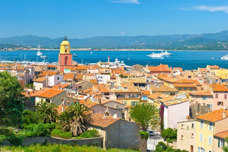 Opinião Saint-Tropez com mar e o céu azul imagem de stock