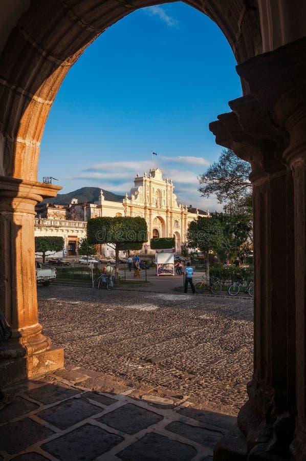 Opinião San Jose Cathedral através do arco no quadrado central em Antígua fotografia de stock