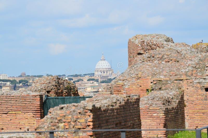 Opinião San Pietro Basilica do monte de Palatine, Roma imagens de stock royalty free