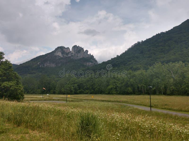 Opinião Seneca Rocks em West Virginia imagem de stock